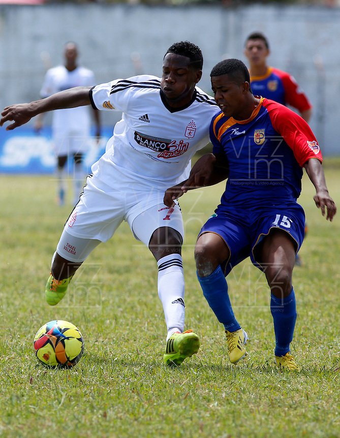 POPAYAN -COLOMBIA-19-07-2014.  Frank Cervantes (Der) jugador de Universitario de Popayan disputa un balón con Leyvin Balanta (Izq) jugador de América de Cali  durante partido por la fecha 1 del Torneo Postobón II 2014 jugado en el estadio Ciro Lopez de la ciudad de Popayan./  Frank Cervantes (R) player of Universitario de Popayan fights for the ball with Leyvin Balanta (L) player of America de Cali during the match for the first date of Postobon Tournament II 2014 played at Ciro Lopez stadium in Popayan city. Photo: VizzorImage/Juan C. Quintero/STR
