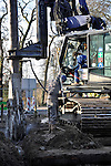 UTRECHT - In Utrecht zijn medewerkers van Wedam bezig met het het plaatsen van Soilmix wanden voor een door Van Boekel Zeeland te bouwen bergbezinkbassin. De 45  meter lange, ondergrondse wateropvangbak die in opdracht van Stadswerken van de gemeente Utrecht wordt gebouwd, is bedoeld voor de opslag van overtollig afval- en hemelwater bij bij hevige regenval. Om eventuele verzakking van panden door het trillen van damwanden te voorkomen is gekozen de kuip van het bassin met de zgn. soilmix techniek te bouwen. COPYRIGHT TON BORSBOOM