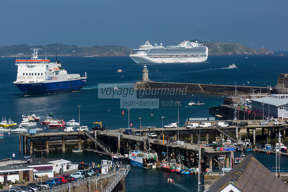 Royaume-Uni, îles Anglo-Normandes, île de Guernesey, Saint Peter Port: port et bateau de croisière // United Kingdom, Channel Islands, Guernsey island, Saint Peter Port: harbour and  cruise ship