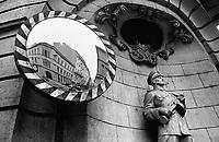 UNGARN, 07.1989.Budapest - V. Bezirk.Alltag vor dem Systemwechsel:  Statue eines Sowjetsoldaten an der Ecke Nador utca (damals M?nnich Ferenc) / Zrinyi utca. Das Eckgebaeude im Spiegel ist heute die Central European University..Everyday life before the system change:  Statue of a Soviet soldier on the corner Nador street (then Munnich Ferenc) / Zrinyi street. The corner building in the mirror is today the Central European University..© Martin Fejer/EST&OST