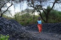 ZAMBIA, Sinazese, village Nkandabbwe, chinese Collum coal mine, villager were moved out and have lost their farms, some villager collect coal in abandoned mine for income generation / SAMBIA, Sambia, Sinazese, Dorf Nkandabbwe, Dorfbewohner mußten der chinesischen Collum Kohlemine weichen und wurden umgesiedelt, Dorfbewohner holen selbst Kohle aus einem verlassenen Kohletagebau zum Verkauf, da sie ihre Felder verloren haben