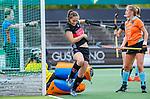 AMSTELVEEN  - Kelly Jonker (A'dam) heeft gescoord  .   Hoofdklasse hockey dames ,competitie, dames, Amsterdam-Groningen (9-0) . rechts Leoniek Koning (Gro) , links Jantien Gunter (Gro)     COPYRIGHT KOEN SUYK