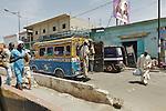 Africa, Afrika, Senegal, 17-09-2011, Dakar, Dakkar, Straatbeeld, markten langs de kant van de weg, sloppenwijk, bus vervoer, drukte, kleurrijk,. foto: michael Kooren/HH