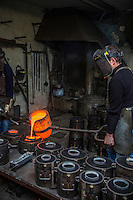 Europe/France/Franche-Comté/25/Doubs/Labergement-Sainte-Marie: Fonderie de cloches Obertino - Chargement du creuset en bronze  avec le métal en fusion //  // France, Doubs, Labergement Sainte Marie, Charles Bell foundry Obertino, flows of molten bronze into molds <br /> Auto N°: 2013-112 et Auto N°: 2013-113