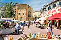 France, Provence-Alpes-Côte d'Azur, Menton: market in old town at Quai Bonaparte   Frankreich, Provence-Alpes-Côte d'Azur, Menton: Markt in der Altstadt am Quai Bonaparte