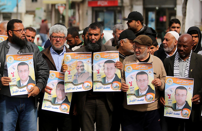 Palestinians take part during a protest to show solidarity with Palestinian prisoners on hunger strike in Israeli Jails, in Gaza city, on March 01, 2017. Photo by Ashraf Amra