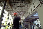 NIEUWEGEIN - In Nieuwegein zijn medewerkers van Heijmans Industrieservice bezig met het verwijderen van aangetast beton van de heftorens van de Prinses Beatrixsluizen. Nadat door achterstallige onderhoud aan deze Rijksmonumenten, de laatste jaren steeds vaker brokstukken van de heftorens afvielen, zijn lange tijd in afwachting van de juiste financien veiligheidsnetten aan de toren gehangen om schade aan de ondervarende schepen te voorkomen. Nu de torens in de steigers zijn gezet blijkt volgens de uitvoerder dat de schade aan het beton ernstiger is dan verwacht. Hoewel het werk nu pas halverwege is, blijkt het te repararen betonoppervlakte al twee keer zo groot als voor het gehele complex was berekend. COPYRIGHT TON BORSBOOM