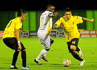 BARRANCABERMEJA -COLOMBIA, 05-11-2016:  Roger Torres (Der)  y Alex Castro (Izq) jugadores de Alianza Petrolera disputan el balón con Luis Paz (C) de Deportes Tolima durante encuentro válido por la fecha 19 de la Liga Aguila II 2016 disputado en el estadio Daniel Villa Zapata de la ciudad de Barrancabermeja. / Roger Torres (R) and Alex Castro (L) players of Alianza Petrolera fights for the ball with Luis Paz (C) player of Deportes Tolima during match valid for the date 19 of the Aguila League II 2016 played at Daniel Villa Zapata stadium in Barrancabermeja city. Photo: VizzorImage / Jose Martinez / Cont