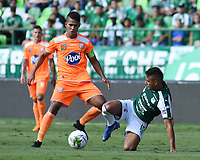 PALMIRA - COLOMBIA, 05-05-2019: Ivan Ibañez del Cali disputa el balón con Jairo Palomino de Envigado durante partido entre Deportivo Cali y Envigado F.C. por la fecha 20 de la Liga Águila I 2019 jugado en el estadio Deportivo Cali de la ciudad de Palmira. / Ivan Ibañez of Cali vies for the ball with Jairo Palomino of Envigado during match between Deportivo Cali and Envigado F.C. for the date 20 as part of Aguila League I 2019 played at Deportivo Cali stadium in Palmira city .  Photo: VizzorImage/ Nelson Rios / Cont
