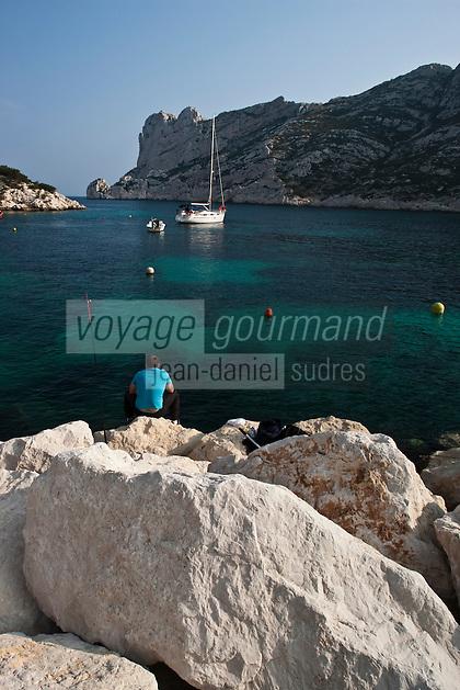 Europe/France/Provence-Alpes-Côte d'Azur/13/Bouches-du-Rhône/Marseille: Calanque de Sormiou - pêcheur et voilier