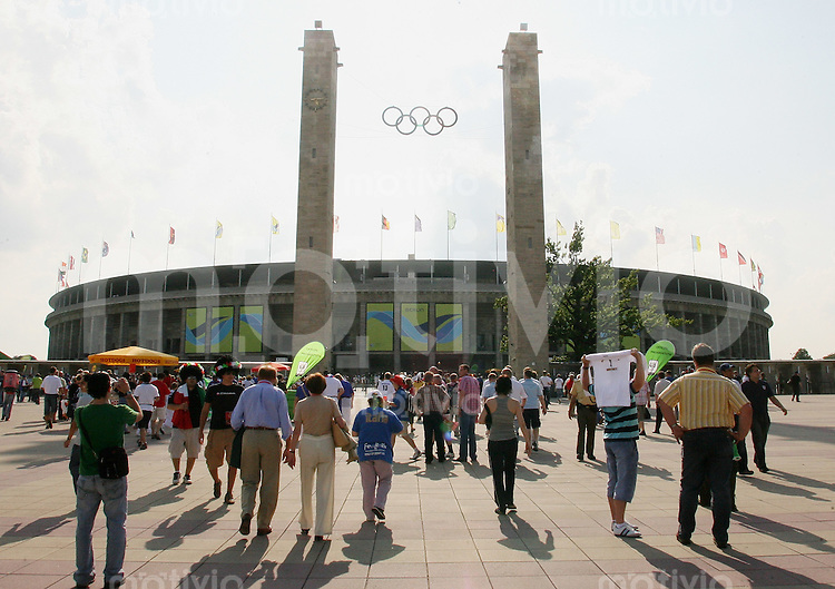 Fussball WM 2006 Finale Italien - Frankreich Die ersten Fans kommen in das WM-Stadion Berlin um 17:00 Uhr