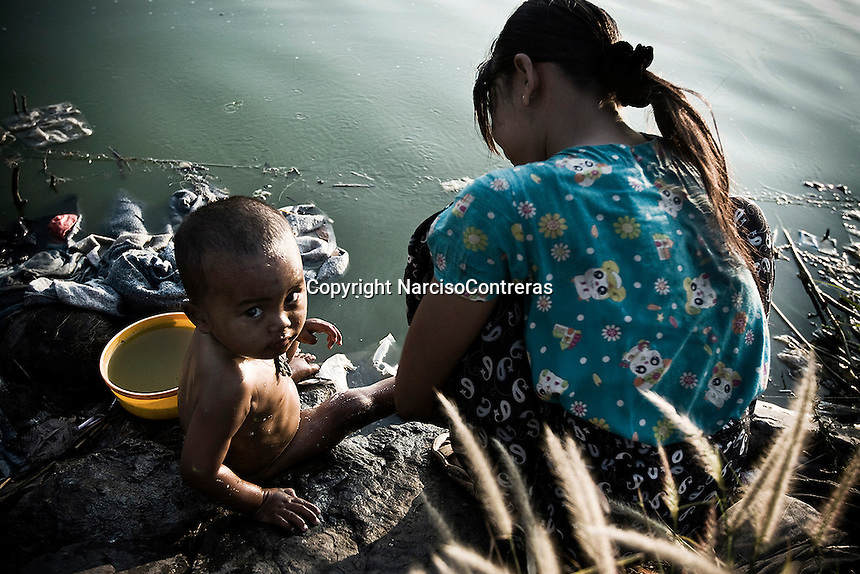 Along of 40 years of crackdowns, political struggle and threatening persecution, thousands of Burmese are crossing the border to escape and run away from their own country to barely survive in another places.<br /> The Thailand-Burma border is one area where the Burmese attempt to escape the tyranny under which they live. The refugees believe they will find a freedom-filled utopia where they will receive welfare and employment opportunities superior to the criminal acts necessary to survive in their country. When thousands of the refugees arrive in Maesot, a Thai town located on the North Western Thai-Burma border, they learn that although they have escaped the oppression of their own country, a fresh batch of human rights abuses and discriminations await them here.<br /> The Burmese immigrants living at Maesot's rubbish dump treat the place as an anarchic paradise; they are largely free to do whatever they want, and they take full advantage, engaging in intoxication, promiscuity, gambling, and fights. Of course, these behaviors result in disease as well as a loss of sanity and moral value, but people at the rubbish dump of Maesot have their own ironically charming outlook on life, embracing the lawlessness that prevails there.<br /> It is certainly a paradox that after fleeing from threats associated with too much government control, refugees in Maesot now have to learn to cope with the dangers of the near absence of such control. There is a constant threat of police raids, but order is never achieved. <br /> Immigrants of the dumpsite are standing on the brink of an abyss, about to fall into complete and utter mayhem. Nevertheless, they are convinced that their present lives are better than the ones they left behind. They are content to assume the risks associated with the freedom they have achieved, even if that freedom results in constant degradation and struggle rather than the prosperity and security of this place as they imagined it upon arrival.