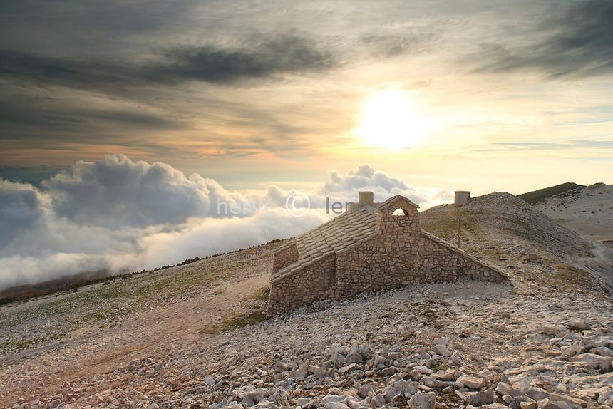 France, Vaucluse (84), le mont Ventoux, chapelle Sainte-Croix à proximité du sommet au soleil couchant // France, Vaucluse, le mont Ventoux, chapel ST. Croix near summit, sunset