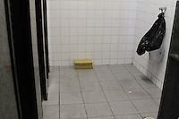 GUARULHOS, SP - 03.06.2014 - SUSPEITA DE BOMBA DENTRO NO INSS EM GUARULHOS/SP - Uma caixa com a escrita PCC (alusão a facção criminosa que atua dentro e fora dos presidios) foi localizada por usuário do INSS dentro de um dos banheiros das instalações, sendo tratado como suspeita de artefato explosivo. O prédio da previdência social situado a Avenida Humberto de Alencar Castelo Branco, altura do número 930,  foi evacuado até a chegada do GATE. O local está isolado e sendo preservado pela policia militar, no inicio da desta tarde, 03. (Foto: Geovani Velasquez / Brazil Photo Press).