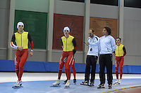 SCHAATSEN: SALT LAKE CITY: Utah Olympic Oval, 12-11-2013, Essent ISU World Cup, training, Wannes van Praet (BEL), Bart Swings (BEL), Jelle Spruyt (trainer/coach Team Stressless), Bart Veldkamp (trainer/coach Team Stressless), Maarten Swings (BEL), ©foto Martin de Jong