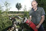 Foto: VidiPhoto<br /> <br /> DODEWAARD &ndash; Fruitteler Thomas de Vree van VreeFruit uit Dodewaard sluit woensdag zijn waterpomp aan op de gevulde sloot naast zijn boomgaard. Om te voorkomen dat zijn fruitbomen water tekort komen, ondanks de dagelijkse bedruppeling van de onderstammen, moet hij regelmatig zijn beregeningsinstallatie aanzetten. Het waterschap pompt op dit moment extra water in de sloten vanuit de grote rivieren om boeren, telers en tuinders te voorzien van voldoende water voor de gewassen.