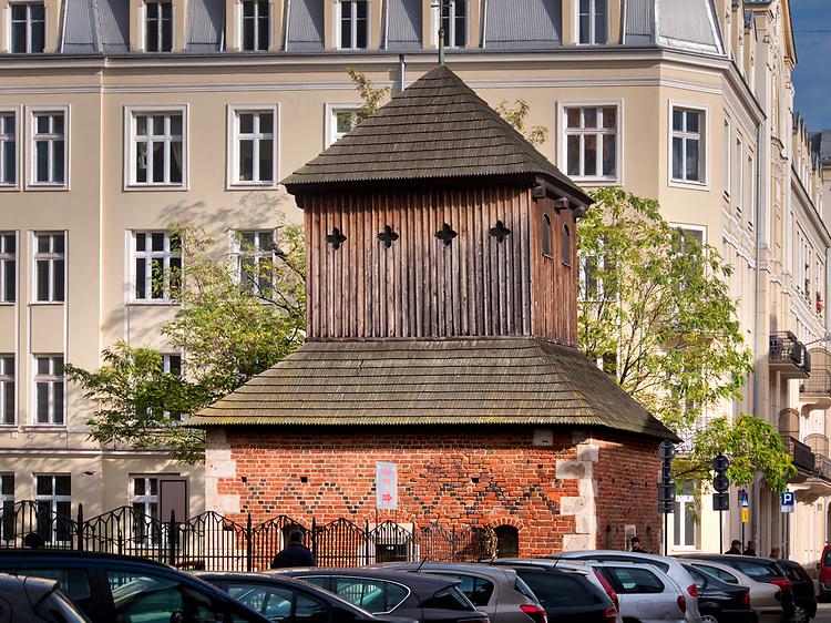 Należąca do kościoła św. Katarzyny XV-wieczna dzwonnica stojąca na rogu ul. Skałecznej i Augustiańskiej.  Obecnie rosarium św. Rity, w którym można nabyć dewocjonalia związane z kultem św. Rity.