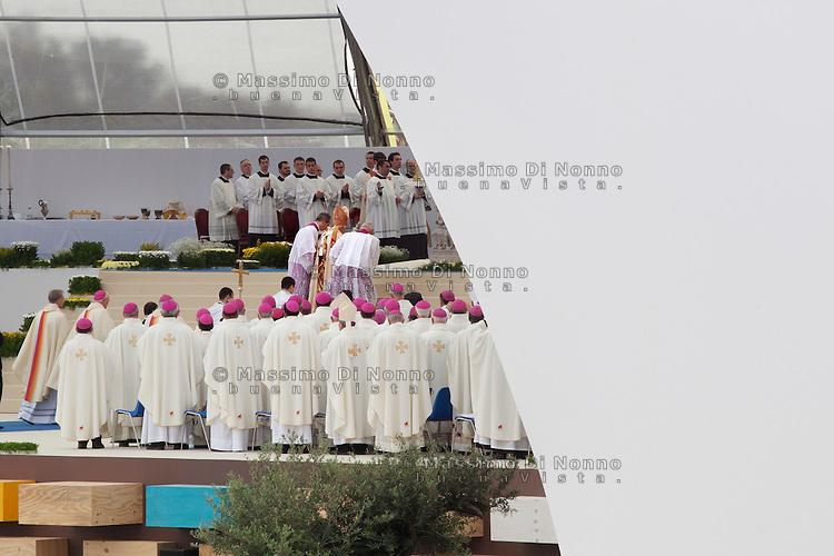 Milano 03/06/2012 : Papa Benedetto XVI sale sul palco per celebrare la messa al parco di Bresso durante  il VII Incontro Mondiale delle Famiglie..Milan: Pope Benedict XVI  during the Angelus at the park of Bresso for the 7th World Meeting of Families