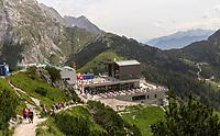 Wanderer auf dem Weg zur Bergstation der Jenner-Seilbahn - Berchtesgaden 17.07.2019: Fahrt auf den Jenner