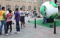SAO PAULO, SP, 22 DEZEMBRO 2012 - PRESEPIO NATAL PREFEITURA - Replica gigante da bola da Copa das Confederacoes e vista no Largo Sao Bendo neste sabado  22 na regiao central da capital paulista.  FOTO: VANESSA CARVALHO - BRAZIL PHOTO PRESS.