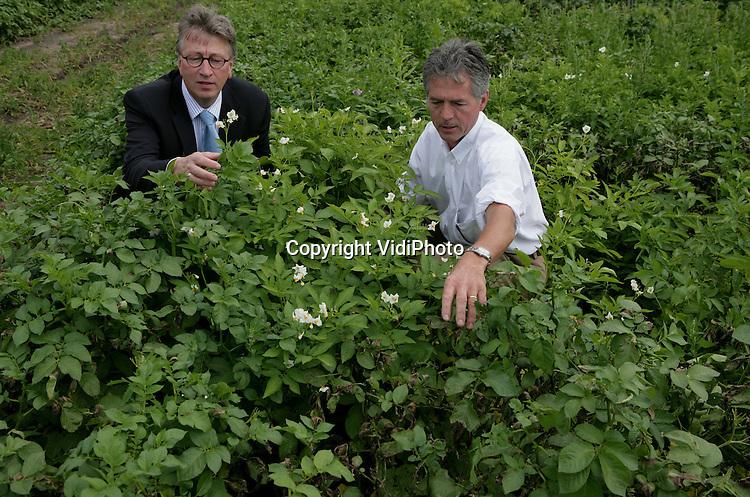 Foto: VidiPhoto..WAGENINGEN - Onderzoekers van het Plant Research International (PRI) in Wageningen, Piet Boonekamp (l) en Anton Havenhut, deskundigen op het gebied van de aardappelziekte phytophthora.