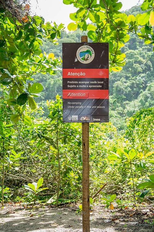 """Placa com a informação de """"Proibido acampar neste local"""" na Praia do Sono, Paraty - RJ, 01/2016."""