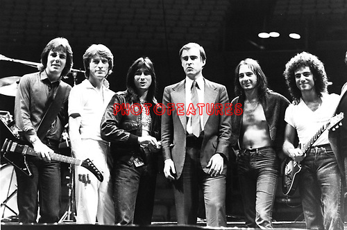 Journey 1981 with California Governor Jerry Brown. l-r Jonathan Cain, Ross Valory, Steve Perry, Jerry Brown, Steve Smith, Neal Schon