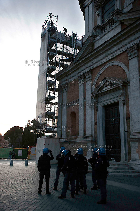 "Roma 25 Febbraio 2010.Occupata la cupola della chiesa Madonna di Loreto per protestare contro lo sgombero avvenuto stamani alla ex-scuola «Tommaso Grossi» di Centocelle.Protesta dei Blocchi precari metropolitani e al Coordinamento cittadino di lotta per la casa.Rome, February 25, 2010.Occupied the dome of Our Lady of Loreto Church in protest against the eviction occurred this morning at the former school ""Tommaso Grossi"" of Centocelle. Protest of the blocks precarious metropolitan and Citizen coordination of struggle for the house."