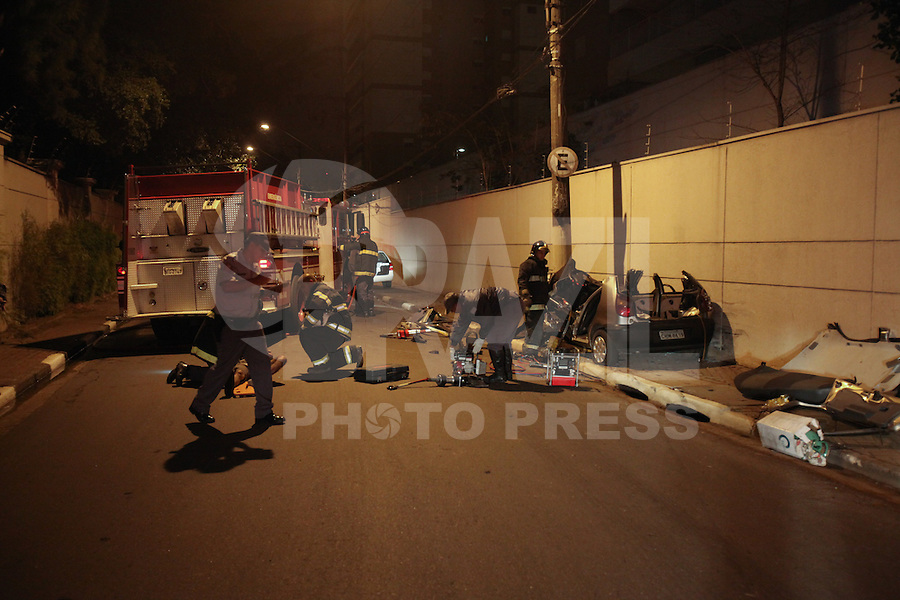 FOTO EMBARGADA PARA VEICULOS INTERNACIONAIS. SAO PAULO, SP, 22/09/2012,ACIDENTE RUA SUSSANA. Tres pessoas ficaram presas nas ferragens, apos o veiculo em que estavam bater contra um poste na Rua Sussana na Vila Prudente. As tres vitimas foram socorridas pelos Bombeiras e encaminhadas a hospitais da regiao. Luiz Guarnieri/ Brazil Photo Press.