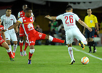 BOGOTA- COLOMBIA – 29-10-2015: Luis Quiñonez (Izq.) jugador del Independiente Santa Fe de Colombia, disputa el balon con Gustavo Toledo (Der.) jugador de Independiente de Avellaneda de Argentina, durante partido de vuelta entre Independiente Santa Fe de Colombia y el Independiente de Avellaneda de Argentina, por los cuartos de final de la Copa Suramericana en el estadio Nemesio Camacho El Campin, de la ciudad de Bogota.  / Luis Quiñonez (L) player of Independiente Santa Fe of Colombia, figths for the ball with Gustavo Toledo (R) player of Independiente de Avellaneda of Argentina, during a match for the second round between Independiente Santa Fe of Colombia and Independiente de Avellaneda of Argentina for the second round for the quarterfinals of the Copa Sudamericana in the Nemesio Camacho El Campin in Bogota city. Photos: VizzorImage / Luis Ramirez / Staff.