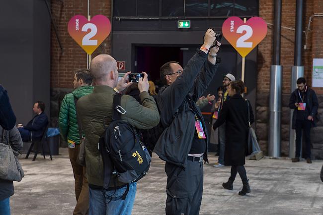 11. re:publica-Konferenz in Berlin<br /> Vom 8. bis 10. Mai 2017 findet in Berlin die elfte re:publica-Konferenz in Berlin unter dem Motto &bdquo;Love Out Loud&ldquo; statt. Die Veranstalter wollen mit dem Motto &bdquo;Love Out Loud!&ldquo; (LOL fuer positiv Denkende) ein &bdquo;Zeichen fuer Engagement und Emanzipation in der digitalen Gesellschaft setzen&ldquo;.<br /> Die Konferenz zum Thema Internet und digitale Gesellschaft bietet auf bis zu 18 Buehnen parallel mehr als 500 Stunden Programm. Ein guter Teil davon dreht sich um netzpolitische Fragestellungen aller Art. Erwartet werden ca. 8.000 Veranstaltungsteilnehmer.<br /> 8.5.2017, Berlin<br /> Copyright: Christian-Ditsch.de<br /> [Inhaltsveraendernde Manipulation des Fotos nur nach ausdruecklicher Genehmigung des Fotografen. Vereinbarungen ueber Abtretung von Persoenlichkeitsrechten/Model Release der abgebildeten Person/Personen liegen nicht vor. NO MODEL RELEASE! Nur fuer Redaktionelle Zwecke. Don't publish without copyright Christian-Ditsch.de, Veroeffentlichung nur mit Fotografennennung, sowie gegen Honorar, MwSt. und Beleg. Konto: I N G - D i B a, IBAN DE58500105175400192269, BIC INGDDEFFXXX, Kontakt: post@christian-ditsch.de<br /> Bei der Bearbeitung der Dateiinformationen darf die Urheberkennzeichnung in den EXIF- und  IPTC-Daten nicht entfernt werden, diese sind in digitalen Medien nach &sect;95c UrhG rechtlich geschuetzt. Der Urhebervermerk wird gemaess &sect;13 UrhG verlangt.]
