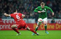 FUSSBALL   1. BUNDESLIGA    SAISON 2012/2013    12. Spieltag   SV Werder Bremen - Fortuna Duesseldorf               18.11.2012 Jens Langeneke (li, Fortuna Duesseldorf) gegen Kevin De Bruyne (re, SV Werder Bremen)