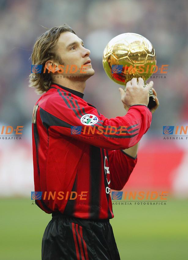 Milano 06/01/2005 Campionato Italiano Serie A<br /> Milan Lecce 5-2 <br /> AC Milan Ukranian striker Andriy Shevchenko holds the Golden Ball trophy he was recently awarded<br /> <br /> Andriy Shevchenko con il pallone d'oro<br /> Foto Jackpot/Insidefoto