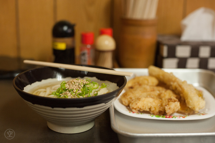 Hot udon and tempura -- a typical Kagawa lunch -- at Hyogo Udon.