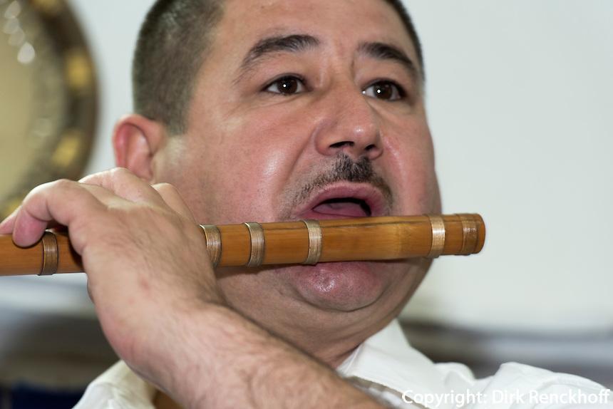 Instrumentenbauer Barbour Scharobow, Samarkand, Usbekistan, Asien<br /> instrument maker Barbour Scharabow, Samarkand, Uzbekistan, Asia