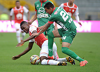 BOGOTA - COLOMBIA - 02-04-2016: Carlos Ibarguen (Izq.) jugador de Independiente Santa Fe disputa el balón con Deiver Parra (Der.) jugador de Patriotas FC, durante partido por la fecha 11 entre Independiente Santa Fe y Patriotas FC,  de la Liga Aguila I-2016, en el estadio Nemesio Camacho El Campin de la ciudad de Bogota.  / Carlos Ibarguen (L) player of Independiente Santa Fe struggles for the ball with con Deiver Parra (R) player of Patriotas FC, during a match of the date 11 between Independiente Santa Fe and Patriotas FC, for the Liga Aguila I -2016 at the Nemesio Camacho El Campin Stadium in Bogota city, Photo: VizzorImage / Luis Ramirez / Staff.