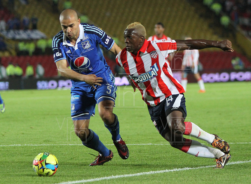 BOGOTA -COLOMBIA. 11-05-2014. Andres Felipe Cadavid  (Izq) de Millonarios  disputa el balon contra Edison Toloza del Atletico Junior  partido de vuelta por la Semifinal  de La liga Postobon  disputado en el estadio Nemesio Camacho El Campin. / Andres Felipe Cadavid  of Millonarios (L) to dispute the balloon against  Edison Toloza of Atletico Junior  second leg of the semifinals of the league Postobon played at Estadio Nemesio Camacho El Campin. Photo: VizzorImage/ Felipe Caicedo / Staff