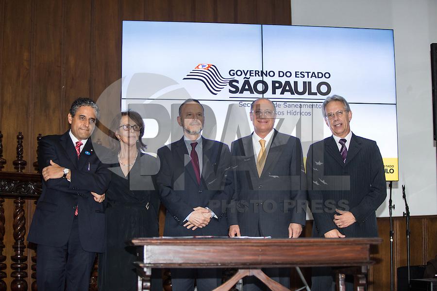 SAO PAULO. SP. 15 DE MARÇO DE 2013. ASSINATURA DE CONTRATO DE FINANCIAMENTO ENTRE SABESP E BNDS.A assinatura de contrato de financiamento entre a Sabesp (Saneamento Basico do estado de Sao Paulo) e o BNDS (banco nacional de desenvolvimento) no valor de R$ 1,35 bilhão para o programa de Despoluição da Bacia do Rio Tietê - Etapa III. O evento aconteceu no Palacio dos Bandeirantes na tarde desta sexta feira. . FOTO ADRIANA SPACA/BRAZIL PHOTO PRESS