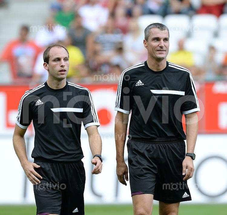 Fussball  1. Bundesliga  Saison 2013/2014   FC Augsburg - Borussia Dortmund      10.08.2013  Schiedsrichter Knut Kircher (li) und Schiedsrichterassistent Dominik Schaal beide von der Schiedsrichtergruppe Tuebingen