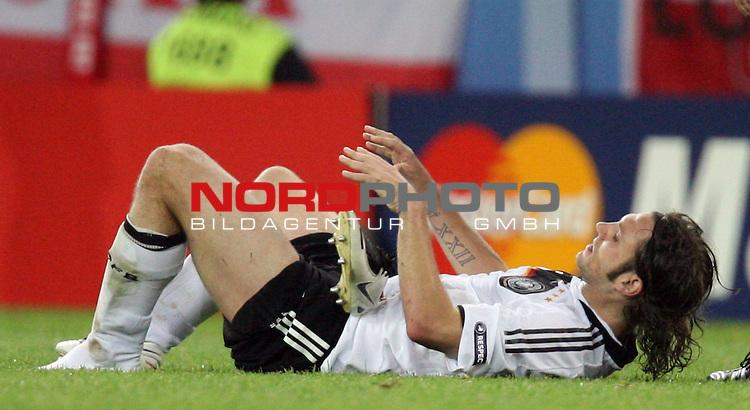 UEFA Euro 2008 Group B Klagenfurt - W&ouml;rthersee Match 04 Deutschland ( GER ) - Polen ( POL ) 2:0 (1:0). <br /> Torsten Frings ( Germany / Mittelfeldspieler / Midfielder / Werder Bremen #08 ) hat einen Fu&szlig;ballschuh verloren. Foto &copy; nph (  nordphoto  )