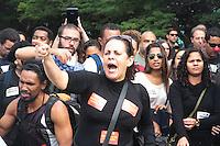RIO DE JANEIRO, 26.05.2014 -  Manifestantes e grevistas da educação do Rio de Janeiro fazem manifestação no hotel anexo ao Aeroporto Internacional Tom Jobim nesta segunda-feira durante a apresentação da Seleção que viaja rumo à Granja Comary em Teresópolis para iniciar os treinamento visando o hexacampeonato mundial. (Foto: Néstor J. Beremblum / Brazil Photo Press)
