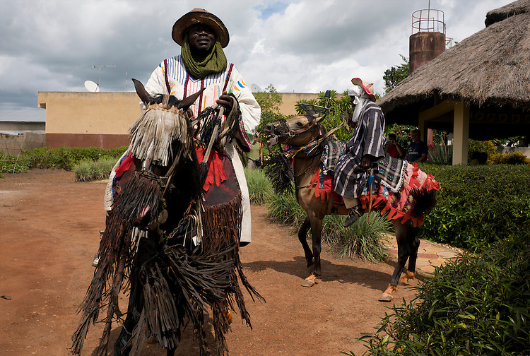 The horsemen of Djougou are hired to do a show at the &quot;Motel du Lac&quot;, a motel at the entrance of the town.<br />  <br /> Les cavaliers de Djougou font un spectacle au Motel du Lac &agrave; l'entr&eacute;e de la ville.
