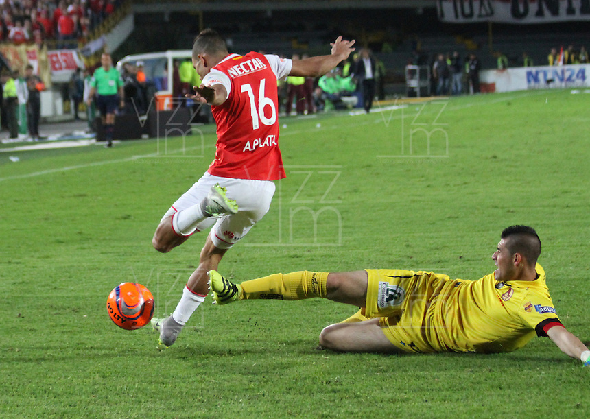 BOGOTA -COLOMBIA, 18-12-2016. Anderson Plata (Izq) jugador de Independiente Santa Fe   disputa el balón con Joel Silva  (Der) del Deportes Tolima durante encuentro  por la  final  de la Liga Aguila II 2016 disputado en el estadio Nemesio Camacho El Campin./ Anderson Plata (L) player of Santa Fe   fights for the ball with Joel Silva  (R) player of Deportes Tolima during match for the final of the Aguila League II 2016 played at Nemesio Camacho El Campin stadium . Photo:VizzorImage / Felipe Caicedo  / Staff