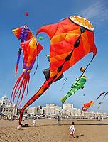 Vliegeren met grote vliegers in Scheveningen ( foto is mbv photoshop gespiegeld)