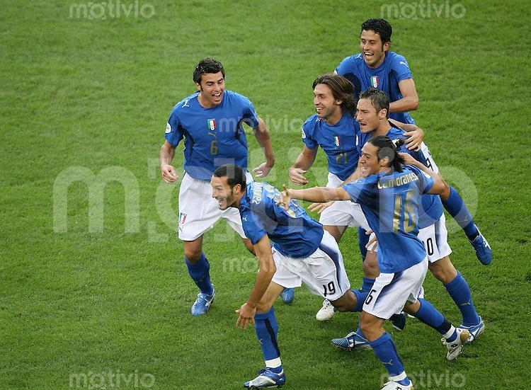 Fussball WM 2006  Viertelfinale    Italien - Ukraine Italienische Spieler freuen sich ueber das Tor von Gianluca ZAMBROTTA (ITA, Nr. 19)