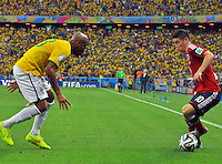 FORTALEZA - BRASIL -04-07-2014. James Rodriguez (#10) jugador de Colombia (COL) disputa un balón con Maicon (#23) jugador de Brasil (BRA) durante partido de los cuartos de final por la Copa Mundial de la FIFA Brasil 2014 jugado en el estadio Castelao de Fortaleza./ James Rodriguez (#10) player of Colombia (COL) fights the ball with  Maicon (#23) player of Brazil (BRA) during the match of the Quarter Finals for the 2014 FIFA World Cup Brazil played at Castelao stadium in Fortaleza. Photo: VizzorImage / Alfredo Gutiérrez / Contribuidor