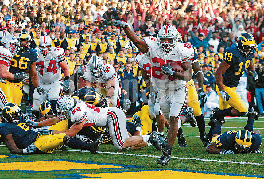 Ohio State's Antonio Pittman, 25, scores the winning touchdown against Michigan late in the second half of OSU's game at Michigan Stadium, November 19, 2005.  (Columbus Dispatch photo by Neal C. Lauron)