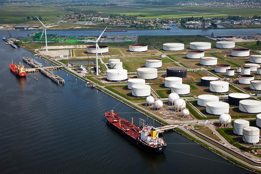 Nederland, Amsterdam, Westpoort, 25-05-2010. Amerikahaven met olieterminal van BP..Amerikahaven BP oil terminal.luchtfoto (toeslag), aerial photo (additional fee required).foto/photo Siebe Swart