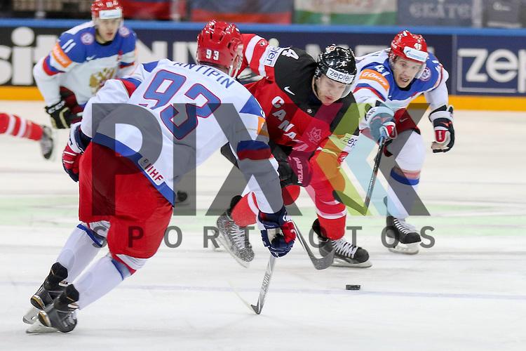 Canadas Hall, Taylor (Nr.4) im Zweikampf mit Russlands Antipin, Viktor (Nr.93)(Metallurg Magnitogorsk) und Russlands Kulyomin, Nikolai (Nr.41)(New York Islander)  im Spiel IIHF WC15 Finale Russia vs. Canada.<br /> <br /> Foto &copy; P-I-X.org *** Foto ist honorarpflichtig! *** Auf Anfrage in hoeherer Qualitaet/Aufloesung. Belegexemplar erbeten. Veroeffentlichung ausschliesslich fuer journalistisch-publizistische Zwecke. For editorial use only.