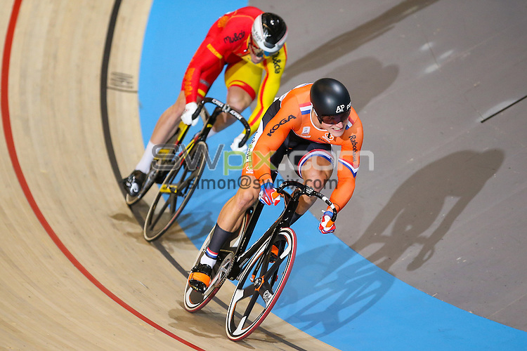 Picture by Alex Whitehead/SWpix.com - 12/11/2016 - Cycling - Tissot UCI Track Cycling World Cup - Omnisport Velodrome, Apeldoorn, Netherlands - Netherland's Jeffrey Hoogland defeats Spain's Juan Peralta Gascon in the Men's Sprint Quarter-Finals.